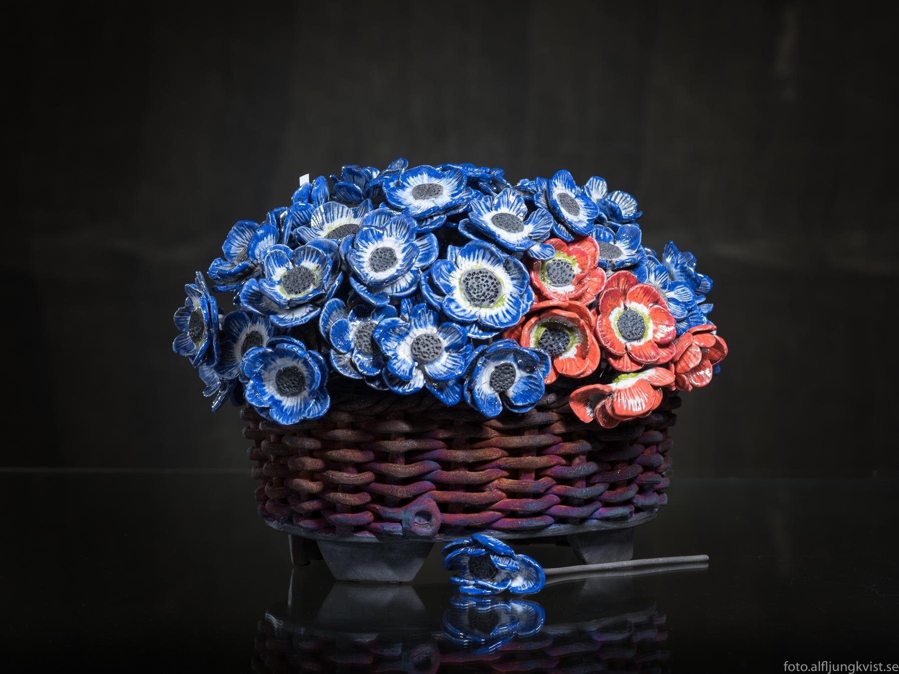 Blå blommor i kruka, svart